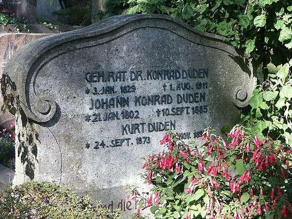 Picture of the gravestone of Konrad Duden and other family members.